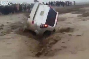 Машину с людьми затянуло в воронку из воды и грязи