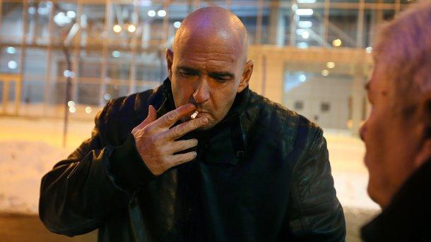 Первая сигарета на родной земле. После амнистии Андрей вновь начал курить, хотя в тюрьме эту вредную привычку бросил...