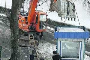 Строительная война в центре Киева: старый дом покрылся трещинами, а 90-летней активистке сломали руку