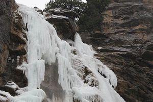 Самый высокий водопад Крыма превратился в гигантскую сосульку