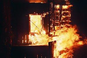 В Харькове во время сильного пожара спасли женщину без сознания