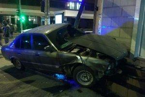 В центре Одессы автомобиль после столкновения врезался в дом