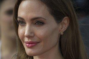"""В """"ночнушке"""" и пальто: Анджелина Джоли была замечена на шопинге с детьми"""