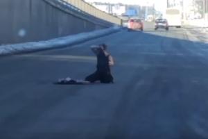 В Киеве полураздетая женщина качалась по проезжей части и билась головой об асфальт