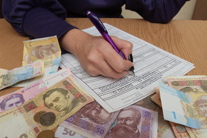 """Налоги по-новому: сколько украинцы """"платят"""" государству и нужно ли снижать налоги"""