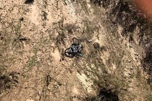 Велосипедист чудом спасся от падения с моста, ухватившись за ограждение