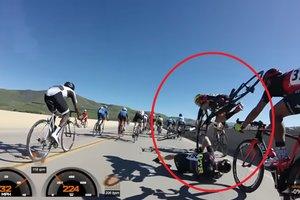 Велогонщик едва не упал с 9-метрового моста после столкновения