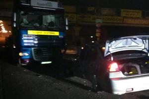 Под Киевом пьяный водитель легковушки влетел в фуру