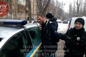 В Киеве посреди улицы грабитель напал на женщину, которая шла на работу