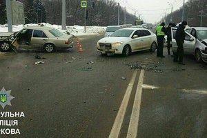 В Харькове возле мемориала разбитые машины перекрыли дорогу