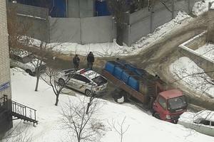 В Харькове мусоровоз без водителя повредил три автомобиля