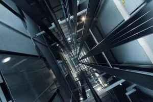 Парень сорвался с высоты шестого этажа на грузовом лифте