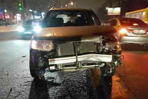 Масштабное ДТП в Киеве на Харьковском шоссе: трое пострадавших, один из водителей сбежал