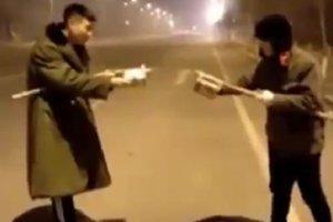 Два китайца устроили дуэль на фейерверках