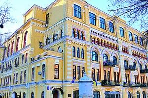 Прогулка по площади Франко в Киеве: здание театра, исполняющий желания фонтан и актер с таксой