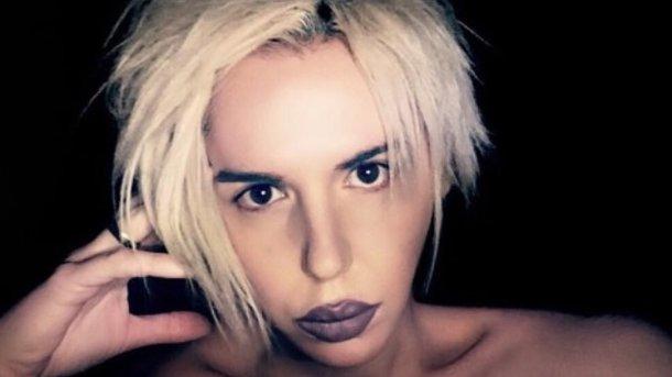 Популярная эстрадная певица невзначай показала фанатам грудь