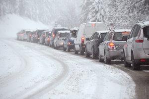 Из-за непогоды в шести областях Украины ограничено движение транспорта