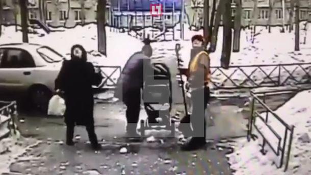 В столице впроцессе чистки кровли наколяску сребёнком упал снег
