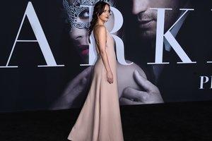 """Платье с брюками: звезда """"50 оттенков серого"""" Дакота Джонсон удивила необычным образом"""