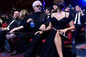 Пенелопа Крус поразила смелым декольте на премии в Мадриде