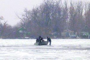 В Херсоне 20 человек спасали двух женщин, застрявших на острове в окружении льда