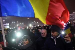 На улицах Бухареста более 25 тысяч человек требуют отставки правительства
