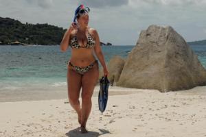 Сексуальная Эшли Грэм не вместила пышную грудь в платье