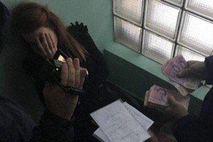 Молодую взяточницу из КГГА посадили под домашний арест