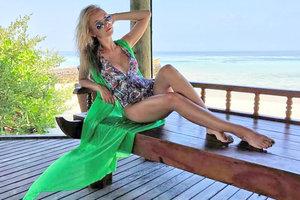 Жена футболиста Кривцова вышла на балкон в соблазнительном купальнике (фото)