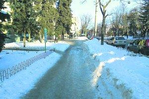 В Харькове тротуары превратились в каток, а горы снега выше маршруток
