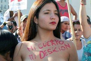 Полуобнаженные женщины выступили за право загорать топлес в Аргентине