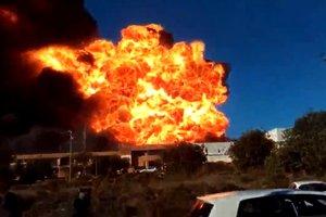 Мощный взрыв и масштабный пожар на химзаводе в Валенсии