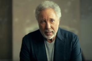 """76-летний исполнитель """"Sex Bomb"""" встречается с бывшей женой Элвиса Пресли"""