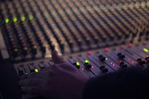 """Радио """"Шансон"""" и Kiss FM оштрафовали за нехватку песен на украинском языке"""