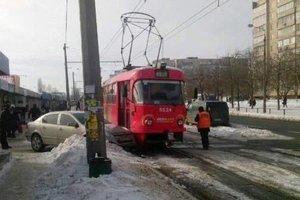 В Киеве легковушка врезалась в трамвай