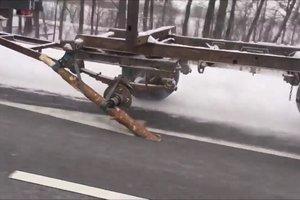 На трассе Киев-Чоп был замечен грузовик с бревном вместо колеса