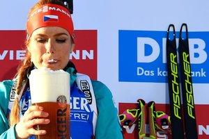 Самой красивой биатлонистке Коукаловой достался бокал пива после победы на ЧМ (фото)