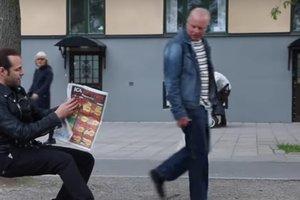 Фокусник удивил прохожих трюком с невидимым стулом