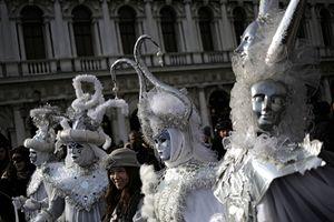 В Венеции ярким световым шоу открылся знаменитый карнавал
