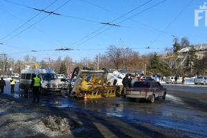 В центре Запорожья маршрутка столкнулась с автовышкой