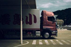 В Китае грузовик врезался в толпу людей: есть погибшие