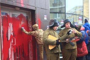В Харькове облили краской отделение Сбербанка