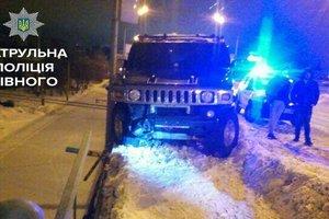 """В Ровно пьяные девочки-подростки украли """"Хаммер"""" и попали в ДТП"""
