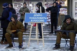"""В Днепре облили краской """"дочку"""" российского банка"""