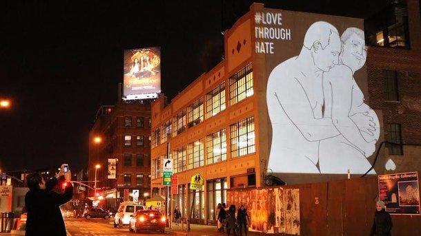 Путин ибеременный Трамп— настенах зданий Нью-Йорка
