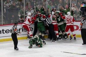 В НХЛ хоккеист заплатит 158 тысяч штрафа за удар соперника клюшкой