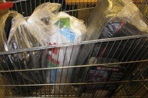 В Киеве мужчина похитил в супермаркете электроинструменты, одежду, сладости и даже игрушку
