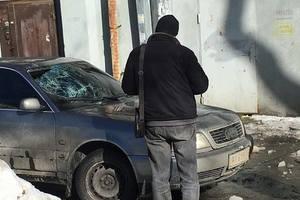 В Киеве сосулька разбила машину