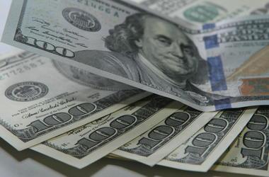 Курс доллара в Украине держится ниже психологической отметки