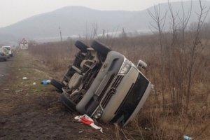 На Закарпатье микроавтобус слетел с дороги: пострадали семь человек